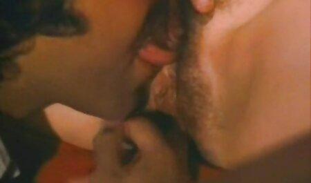 Une masseuse asiatique branle une bite savonneuse avec des film pornographi africain pieds